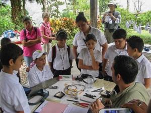 Estudiates de Escuela Adele Clarini (la Pintada) visitan un sesion de anillando aves a Finca Cantaros, San Vito. Foto por Roni Chernin.