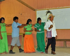 Anciano Ngabe dirigiendo el baile (Fotografía de Julie Girard).
